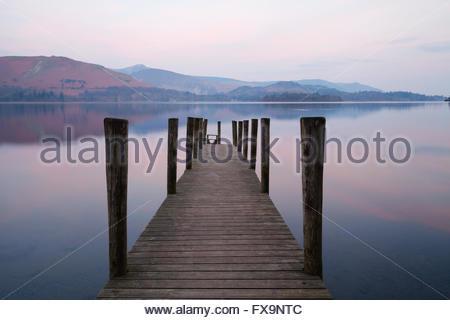 Ashness jetée sur Derwent Water à l'aube dans le Lake District. Banque D'Images