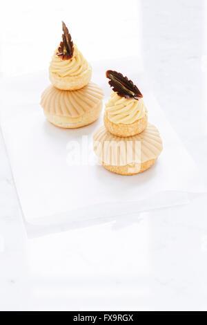 Profiteroles crème anglaise crème caramel rempli sur plateau en marbre Banque D'Images