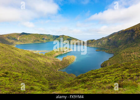 Lagoa de Fogo, lac de cratère volcanique à Agua de Pau, l'île de São Miguel, Açores, vue de Miradouro da Serra da Banque D'Images
