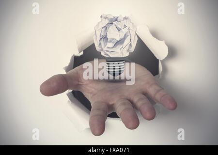 Image composite de l'extraction à la main sur papier Banque D'Images