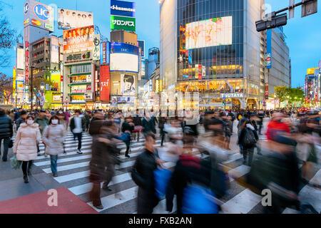 Tokyo, Japon - 6 janvier 2016: l'heure de pointe du soir au fameux croisement de Shibuya à Tokyo, Japon. Banque D'Images