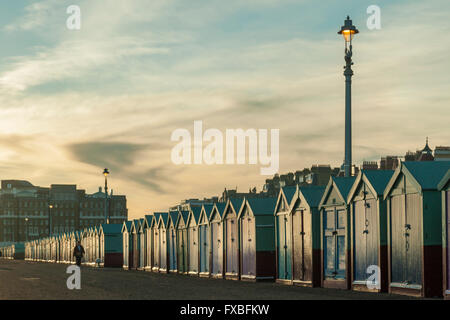 Cabines colorées à Hove, East Sussex, Angleterre. Banque D'Images