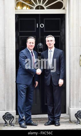 Londres, Royaume-Uni. 14 avril, 2016. Le premier ministre David Cameron se félicite le Secrétaire général de l'OTAN, Jens Stoltenberg au 10 Downing Street. Credit: Alan West/Alamy Live News