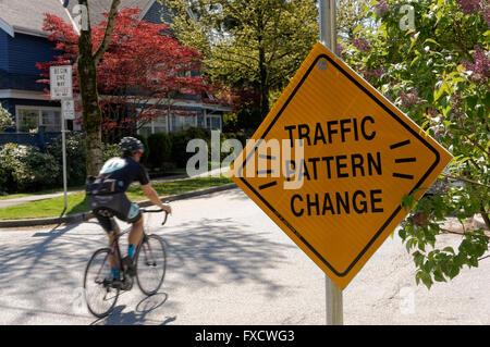 Cycliste masculin sur une rue résidentielle dédiée aux bicyclettes, Vancouver, BC, Canada Banque D'Images