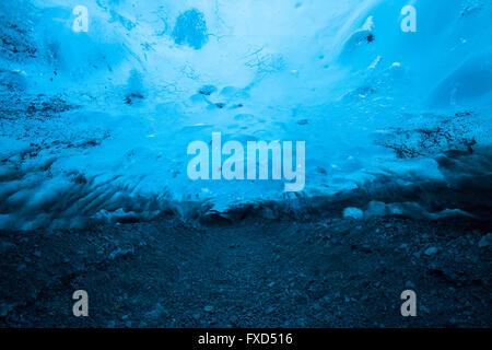 La glace bleu mélangé à des cendres volcaniques dans l'intérieur de la caverne de glace, glacier Breidamerkurjokull en sortie du Glacier Vatnajökull / Vatna, Islande