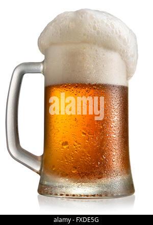 La bière dans le verre givré mug isolé sur fond blanc Banque D'Images