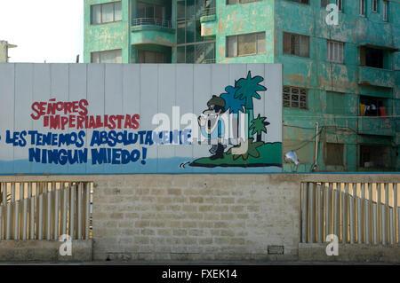 Affiche de propagande à La Havane avec un soldat cubain. La traduction se lit comme suit: 'Imperial messieurs, Banque D'Images