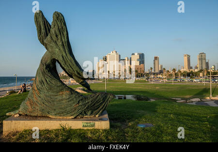 Femme contre le vent sculpture conçue par dans Ilana Goor dans parc Charles Clore, Tel Aviv city, Israël Banque D'Images