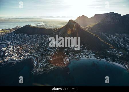 Birds Eye View of city of Cape Town avec de belles plages et de montagnes sur une journée ensoleillée. Vue aérienne de la ville de Cape Town avec