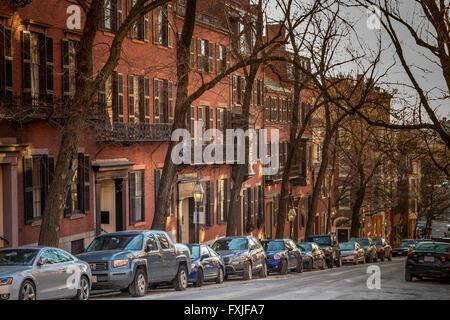 Des serres de style fédéral dans une rue du quartier Beacon Hill de Boston, Boston, Massachusetts, USA