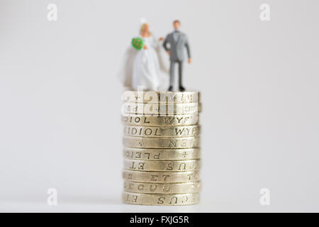 Close up/macro photo mettant en stock modèle mari et femme mariés sur £1 pound coin stack Banque D'Images