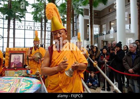 Les moines bouddhistes du Monastère Drepung Loseling, chantant et jouant des instruments au jardin d'hiver dans Banque D'Images