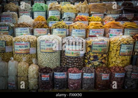 Les aliments séchés en vente à l'intérieur du marché Binh Tay, Ho Chi Minh City, Vietnam Banque D'Images
