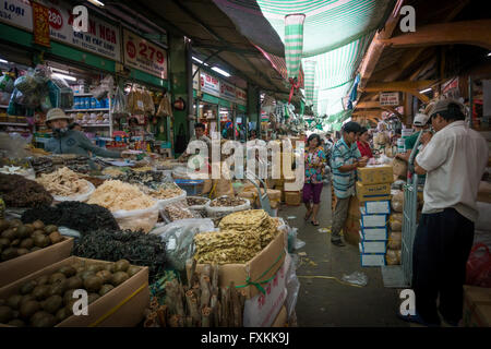 À l'intérieur du marché Binh Tay, Ho Chi Minh City, Vietnam Banque D'Images