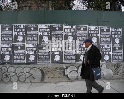 New York City, USA. 14 avr, 2016. Un homme passe devant un mur plâtré avec des affiches qui lisez 'Donald, vous êtes un idiot' près de la Brooklyn Navy Yard à New York City, USA, 14 avril 2016. Le dernier débat démocratique entre Clinton et Sanders a eu lieu à la Navy Yard. Photo: Johannes Schmitt-Tegge/dpa/Alamy Live News Banque D'Images