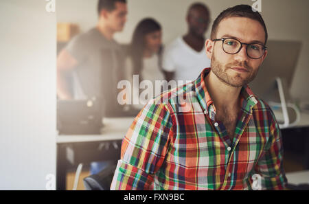 Homme célibataire sérieux propriétaire de l'entreprise portant des multi-couleur bouton flanelle shirt avec trois Banque D'Images