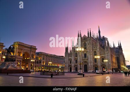 MILAN, ITALIE - 25 novembre: la Cathédrale de Duomo avec les gens tôt le matin le 25 novembre 2015 à Milan, Italie. Banque D'Images