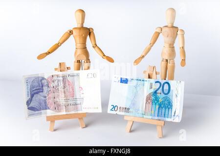 Mannequins en bois avec l'Euro et la livre Notes sur chevalets Banque D'Images