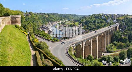 Vue panoramique sur le Viaduc de Dinan sur la Rance et le port de Dinan, Bretagne, France Banque D'Images