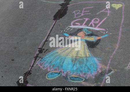 Dessin à la craie d'girl on sidewalk Banque D'Images