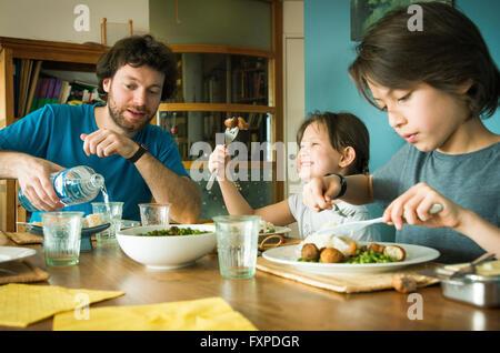 Family eating dinner together Banque D'Images