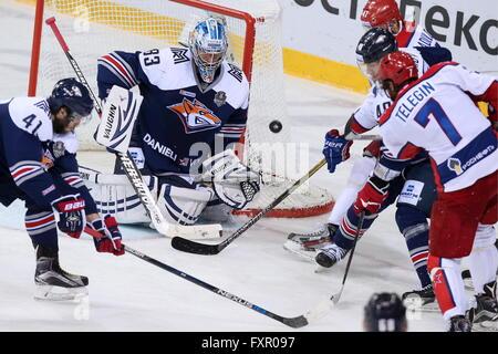 MAGNITOGORSK, RUSSIE. 17 avril, 2016. Le Metallurg Vasily gardien Koshechkin (C), la 6 de la saison 2015-2016 de la Ligue de hockey évoluant en finale contre le CSKA Moscou à Arena Metallurg. HC CSKA Moscou a gagné le match 3:2 en temps supplémentaire. Artyom Korotayev/TASS
