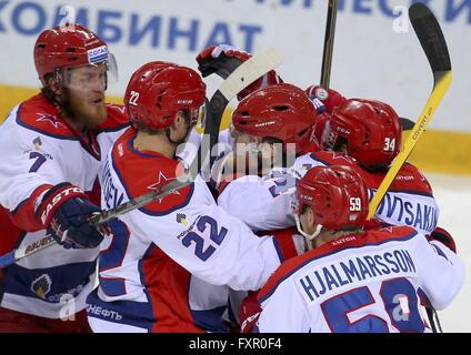 MAGNITOGORSK, RUSSIE. 17 avril, 2016. Les joueurs du CSKA célébrer le scoring dans LEG 6 de la saison 2015-2016 Ligue de hockey de l'équipe Gardien de but en finale contre le Metallurg Arena. HC CSKA Moscou a gagné le match 3:2 en temps supplémentaire. Artyom Korotayev/TASS