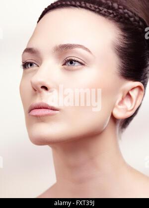 Jeune femme avec updo, portrait de beauté