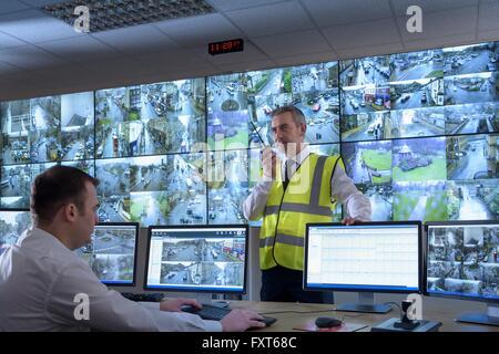 Gardiens de sécurité en salle de contrôle de sécurité avec mur vidéo Banque D'Images