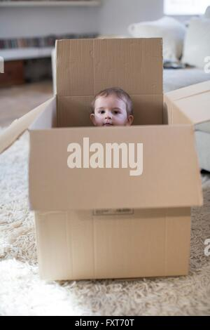 Baby Boy in peeking out Banque D'Images