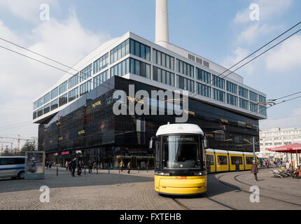 Voir de nouveaux TK Maxx shopping centre et tram sur Alexanderplatz à Mitte Berlin Allemagne Banque D'Images
