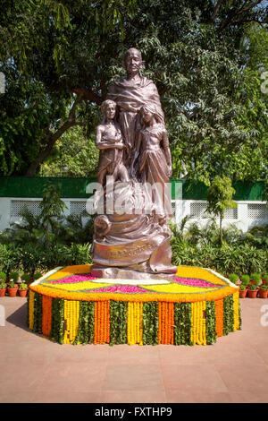 Une statue du Mahatma Gandhi dans les jardins de Gandhi Smriti autrefois connu sous le nom de maison ou Birla Bhavan Banque D'Images