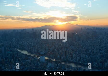Paysage urbain élevé avec vue sur coucher de soleil sur le Mont Fuji, Tokyo, Japon Banque D'Images