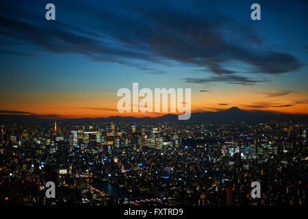 Paysage urbain élevé avec vue sur coucher de soleil sur la silhouette du Mont Fuji, Tokyo, Japon Banque D'Images