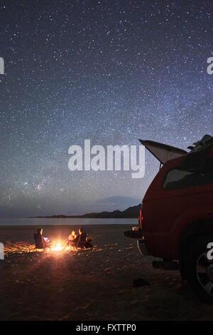 Amis camping à plage de Cabo Pulmo, Californie Banque D'Images