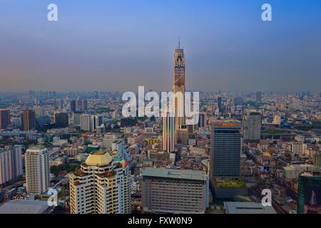 La ville de Bangkok au crépuscule comme sen du Red Sky Bar,une vue panoramique à 360 degrés à partir de sa 55e étage, Banque D'Images