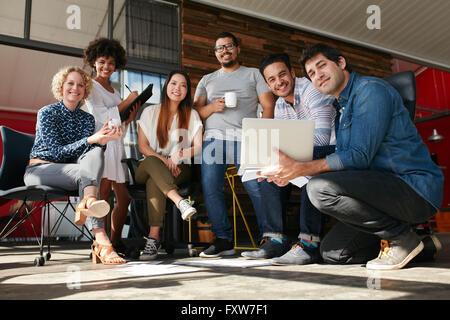 Équipe de professionnels de la création réunion en bureau. Groupe multiracial de jeunes designers travaillent ensemble Banque D'Images