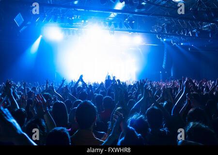 Concert de musique à silhouettes foule à l'avant de l'étape