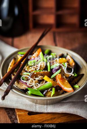 Nouilles de riz asiatique délicieux avec des légumes (wok) Banque D'Images