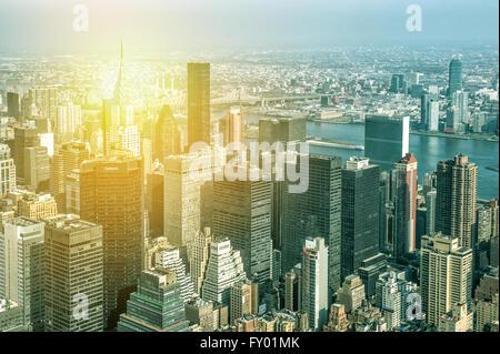 Vue aérienne de la ville de New York, Manhattan, avec des gratte-ciel aux beaux jours de l'Empire State Building. Banque D'Images