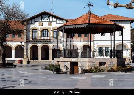 Place de la Mairie et le kiosque à Plentzia, Bilbao, Pays Basque, Espagne Banque D'Images