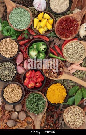 Grande sélection des herbes et épices dans des bols et des cuillères en bois. Banque D'Images