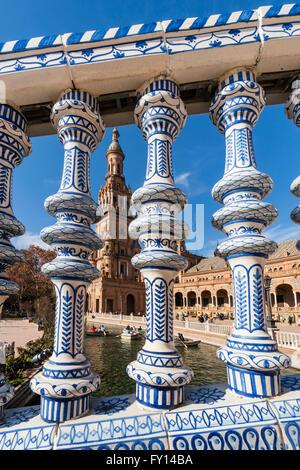 Placa de Espana, décor de céramique des colonnes, place d'Espagne, Séville, Andalousie, Espagne, Banque D'Images