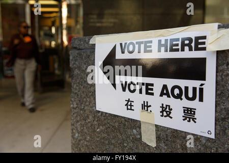 New York, USA. Apr 19, 2016. Une direction est perçu à l'extérieur d'un bureau de vote à Manhattan, New York, États Banque D'Images
