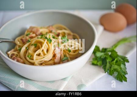 Spaghetti Carbonara avec des oeufs frais et de persil Banque D'Images