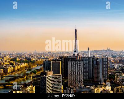 La Tour Eiffel, Paris, France, au petit matin. Banque D'Images
