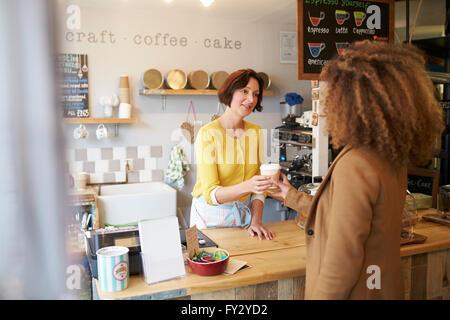Propriétaire de Café où la clientèle féminine Banque D'Images