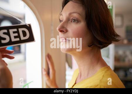 Femme propriétaire de Café tournant Open Sign Banque D'Images