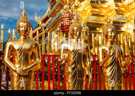 Statues de Bouddha en or de Wat Phra That Doi Suthep Banque D'Images