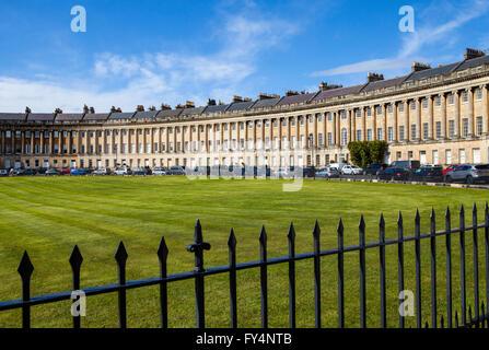 Une vue sur le magnifique Royal Crescent à Bath, Somerset. Banque D'Images